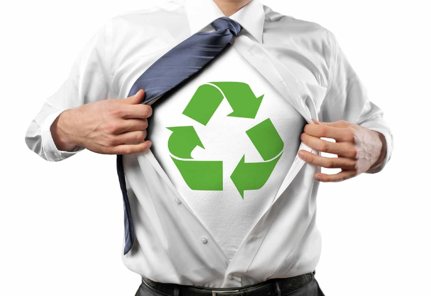 employé en cravate fait apparaitre son costume de super héro avec le logo du recyclage (des cartouches et autres)