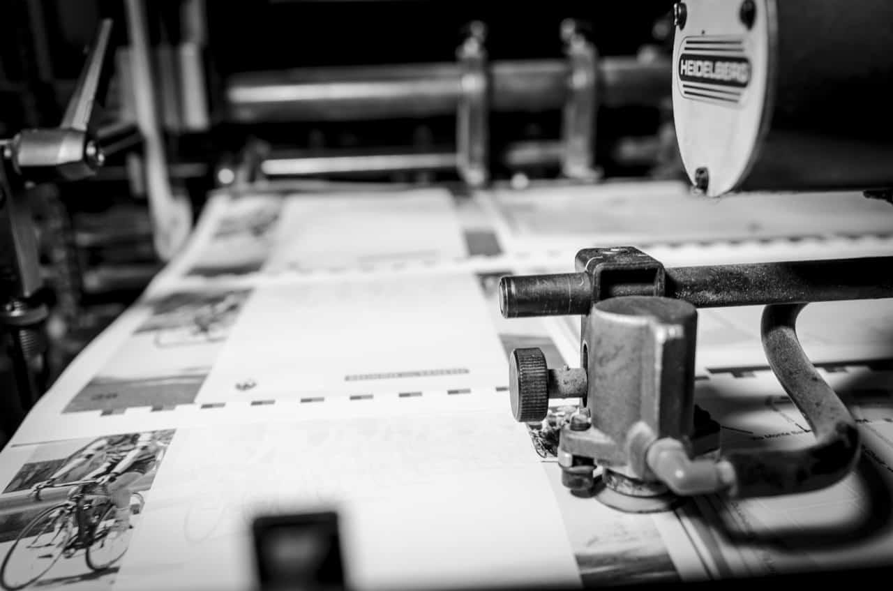 Gros plan sur une imprimante et du papier d'impression