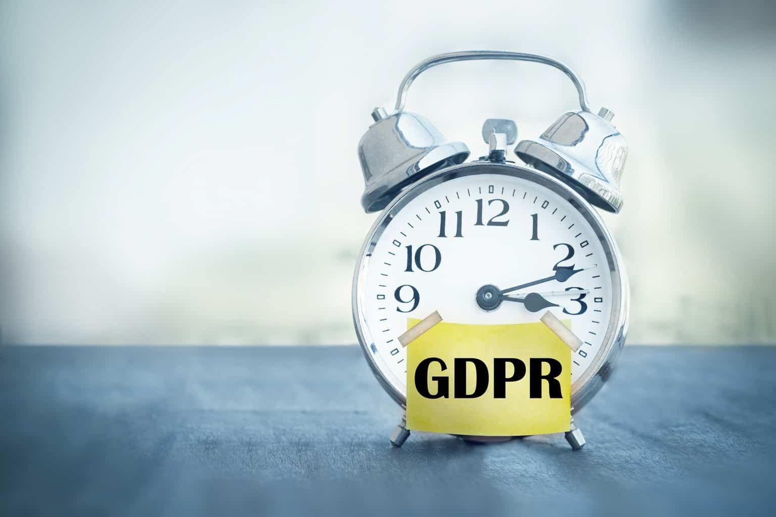 Réveil matin avec un autocollant GDPR RGPD