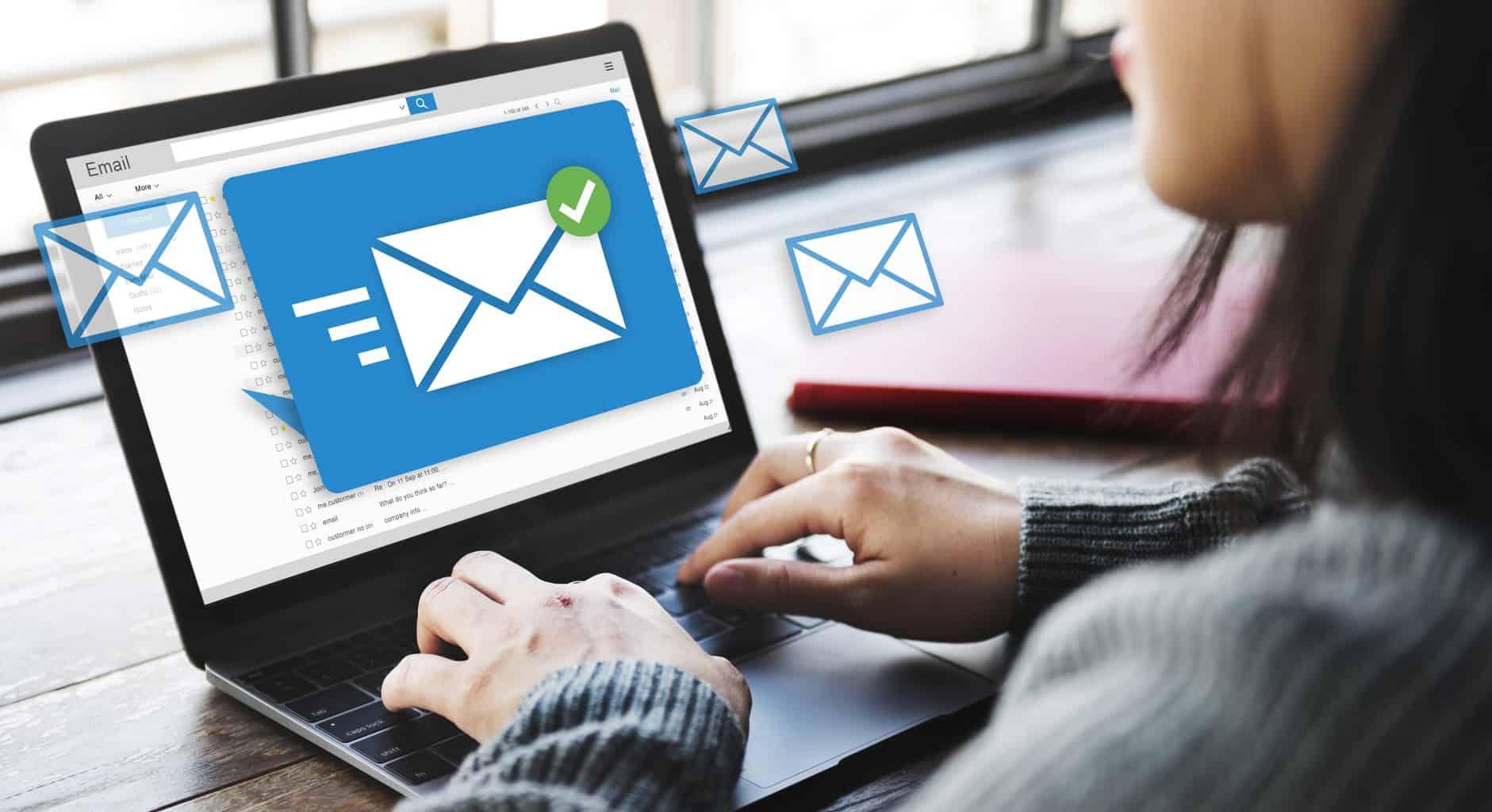 une femme qui apprend à gérer sa boite mail